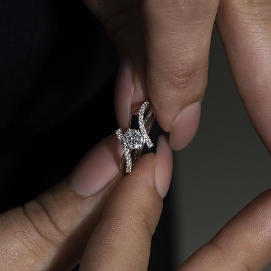 Round cut iconic design diamond ring